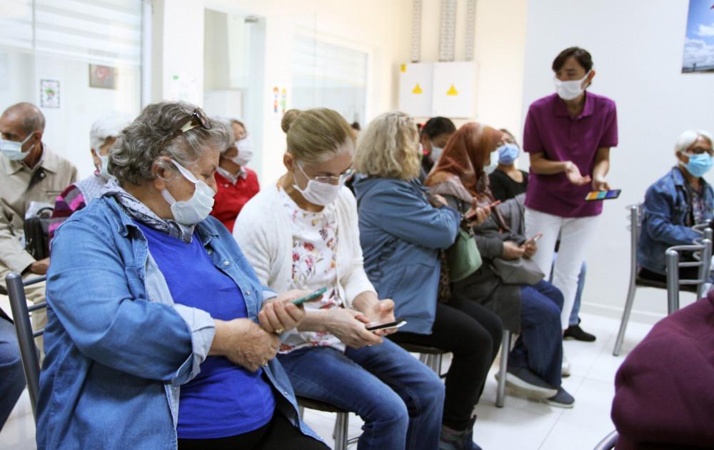 Karşıyaka Belediyesi'nden 65 yaş üstünü kuyruktan kurtaracak çalışma